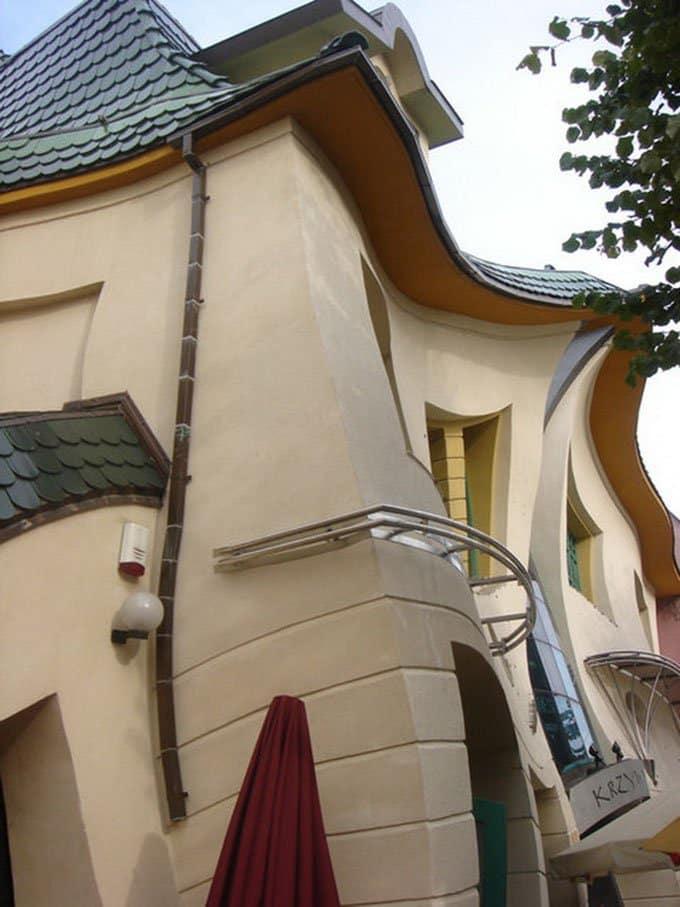 krzywy-domek-outside