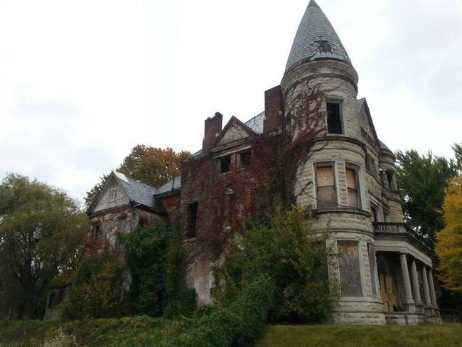 creepy mansion side ivy