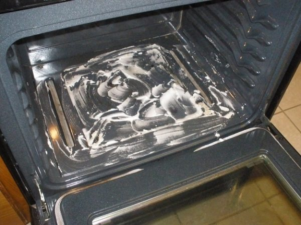 clean oven with baking soda paste