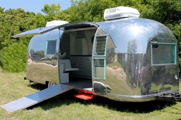 amazing-mobile-salon-outside