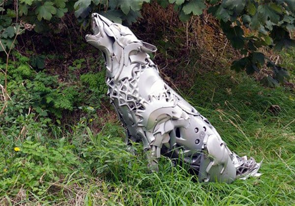 hubcap-sculpture-wolf
