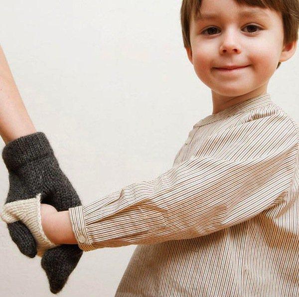 gloves-handin