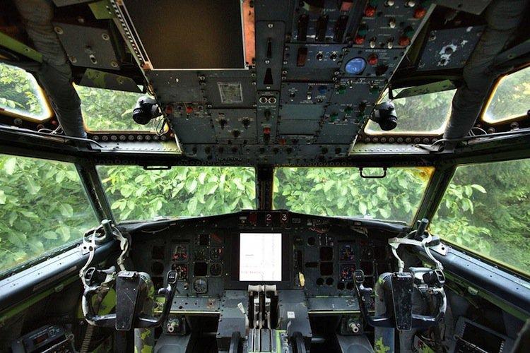 plane-cockpit