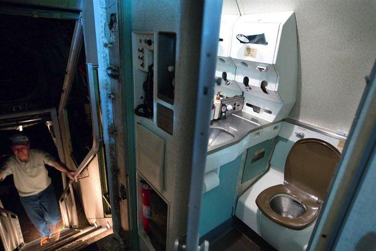 plane-toilet