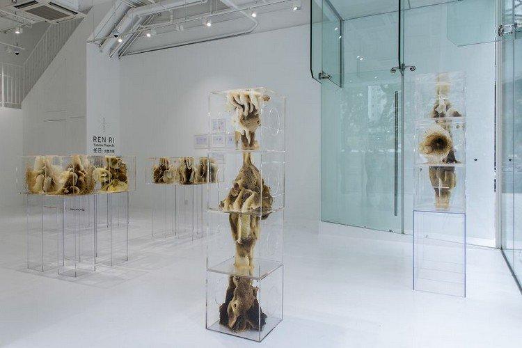 bee sculpture vertical