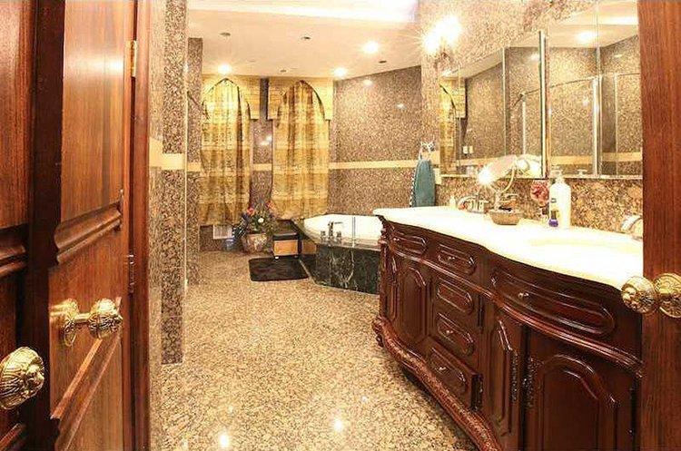 inside-Chrismark-Castle-bathroom