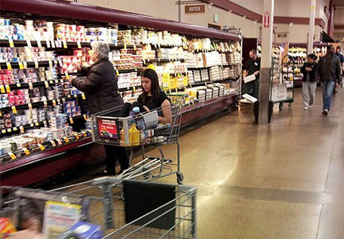 people-who-dont-care-woman-shopping-cart
