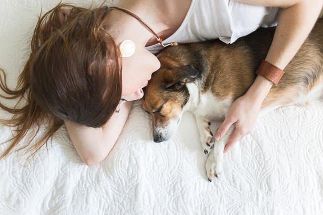 newborn-photo-shoot-with-dog-paw