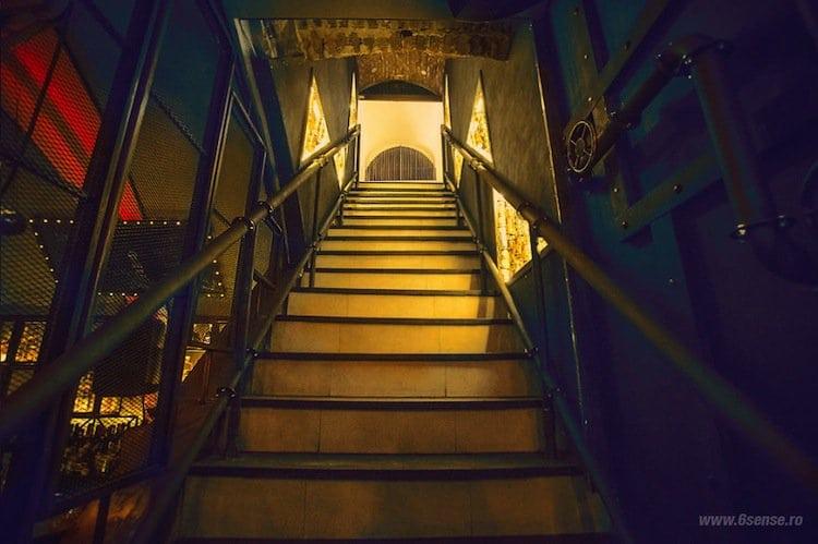 sub-pub-stairs