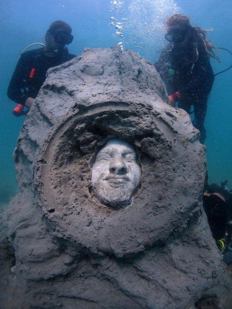 underwater sculpture head divers