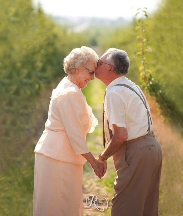 wedding-elderly-kiss