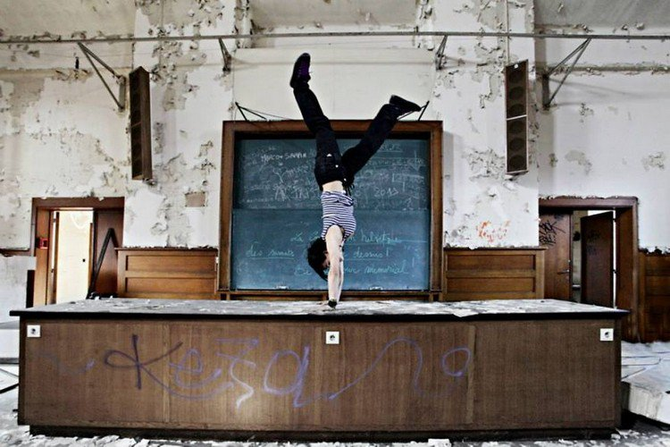 abandoned uni handstand