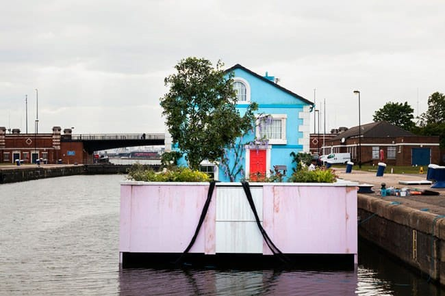airbnb-floating-house-garden