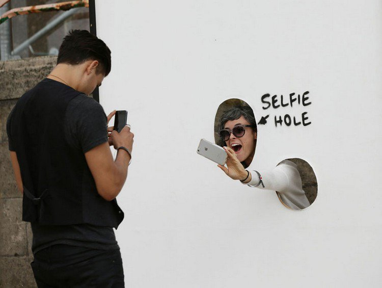 dismaland selfie hole