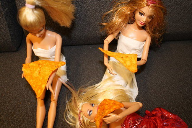 barbie friends eating