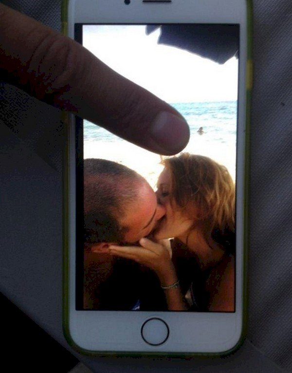 couple kissing iphone finger