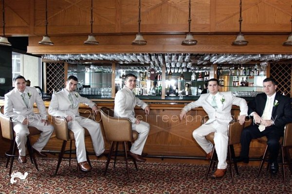 groom-photos-bar
