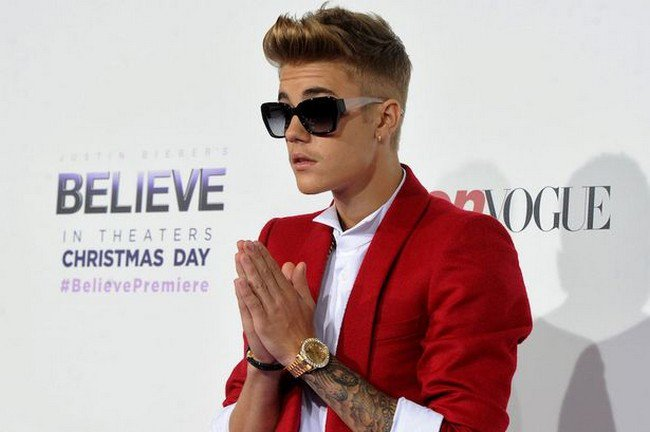 justin bieber doing a prayer with his hands