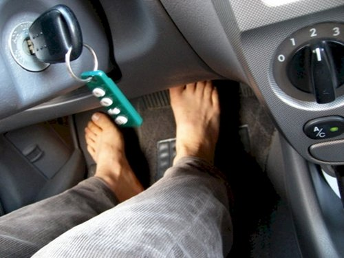 legal-in-us-driving-barefoot