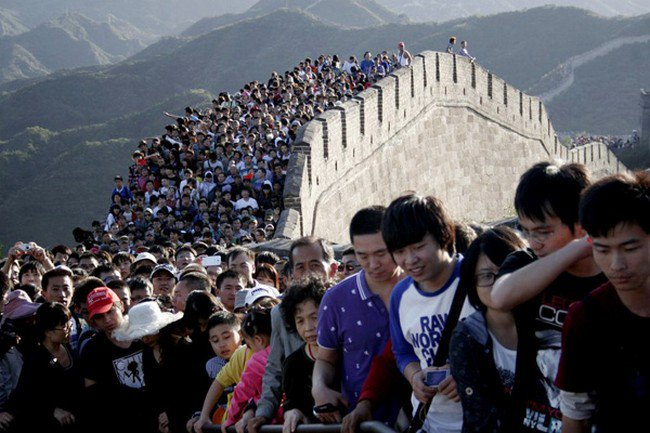 lots of people on the great wall of china