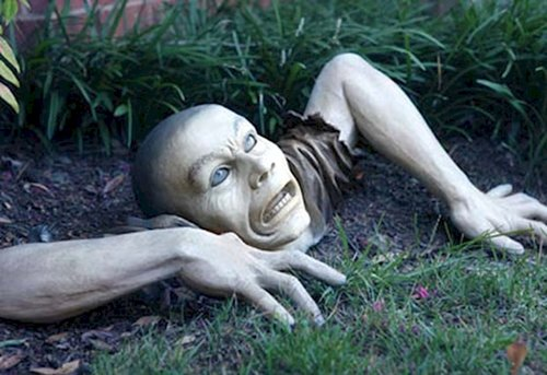 11 Horrifying Halloween Decorations Designed To Scare ~ 152424_Really Scary Halloween Decoration Ideas