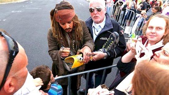 weird-celebrity-autographs-leg