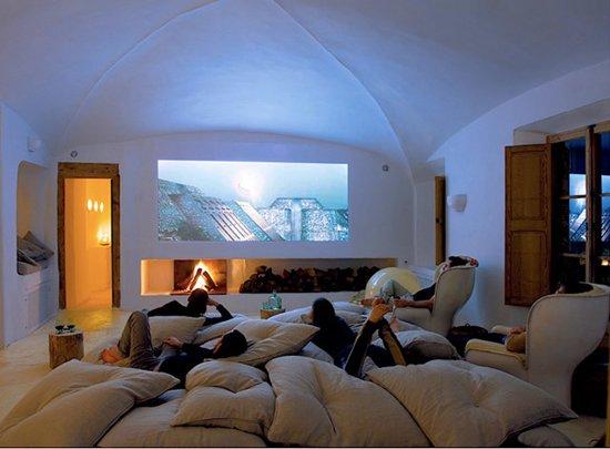 Weird-Wonderful-Room-Designs-pillows
