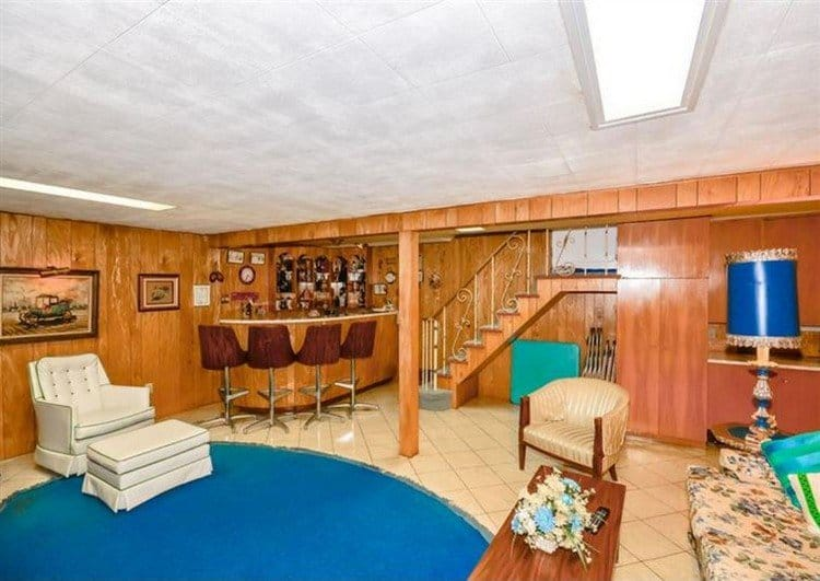 basement with bar