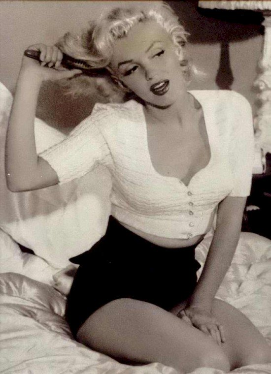 monroe brushing hair
