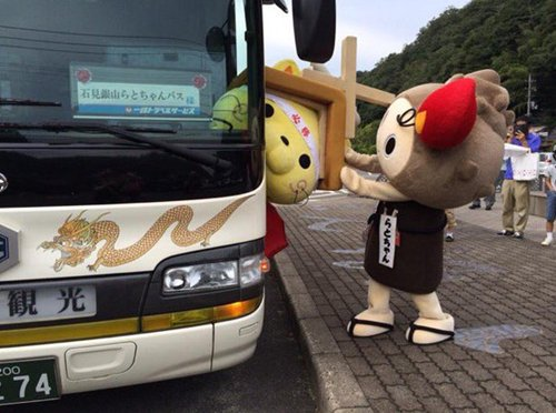 japanese-mascots-stuck-bus