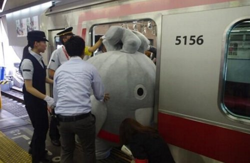 japanese-mascots-stuck-train