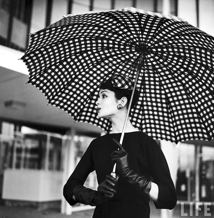 nina-leen-vintage-photos-umbrella