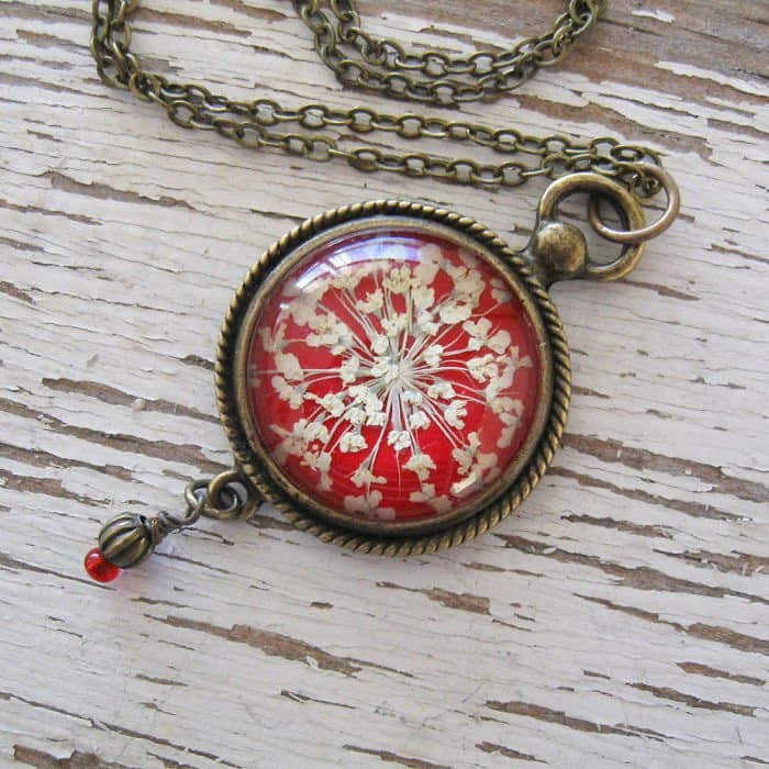 circle-pendant-red-white-flowers