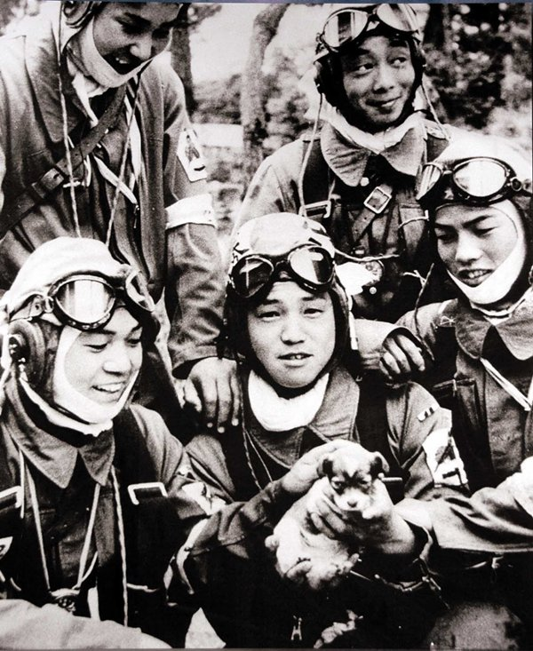 historical-photos-kamikazee-pilots-puppy-day-before-mission-1945