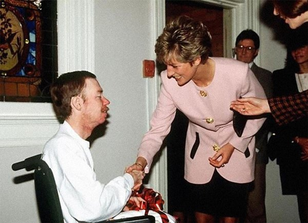 historical-photos-princess-di-aids-patient-1991
