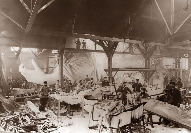 photos-from-the-past-statue-of-liberty-construction-paris-1883