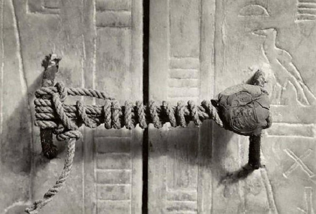 photos-from-the-past-tutankhamun-tomb-seal-1922
