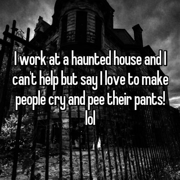 haunted-house-workers-love-scaring-people
