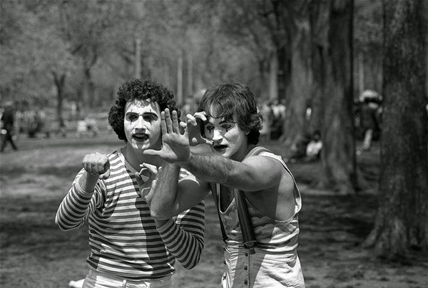 old-photos-young-robin-williams-mime-central-park-1974