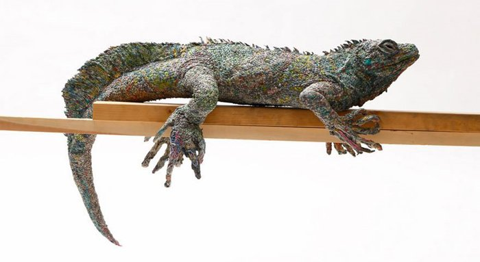 rolled-newspaper-animal-sculptures-amazing-iguana