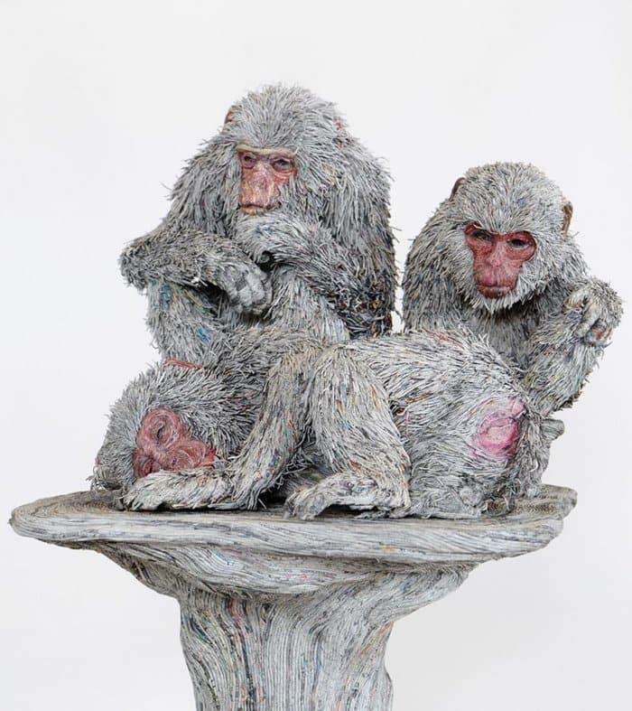 rolled-newspaper-animal-sculptures-group-of-monkeys