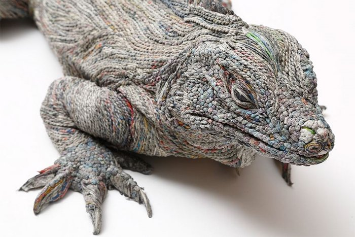 rolled-newspaper-animal-sculptures-lizard-close