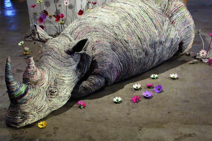 rolled-newspaper-animal-sculptures-rhino
