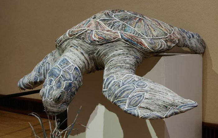 rolled-newspaper-animal-sculptures-sea-turtle