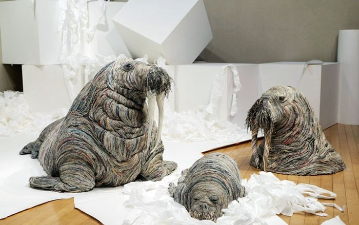 rolled-newspaper-animal-sculptures-walrus-family