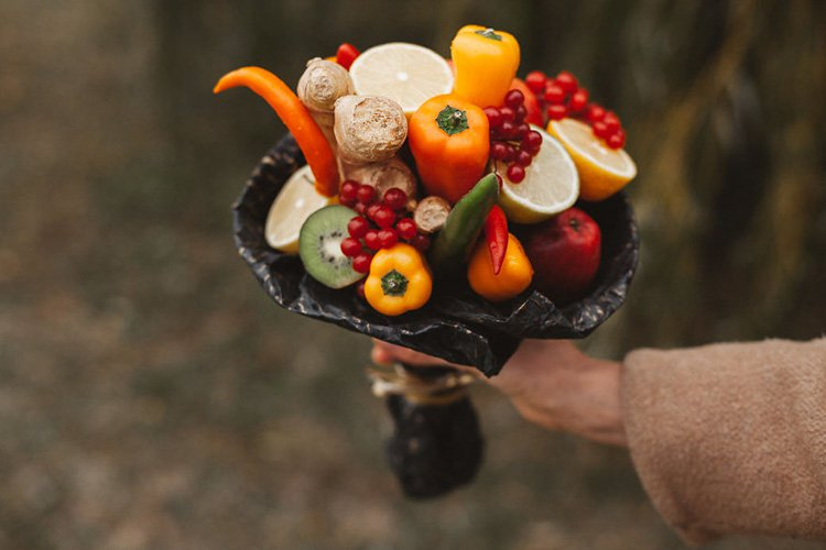 bouquet-bell-peppers-kiwis-ginger-guelder-rose-berries