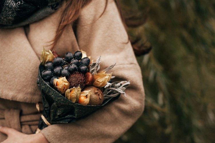 bouquet-from-grapes-sage-kiwi-chestnuts-nephelium-physalis