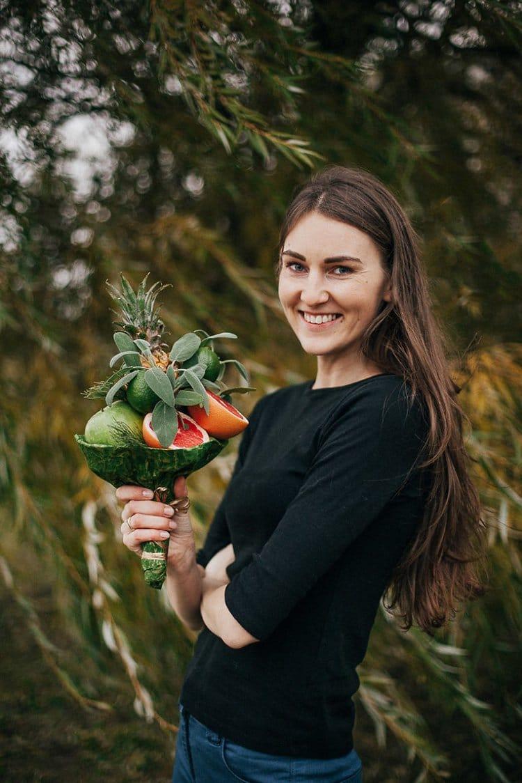 karolina-samale-posing-with-bouquet