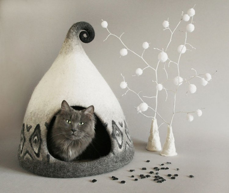 my-felted-world-white-and-grey-cat-house
