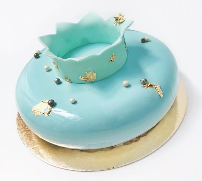 mirror marble mousses crown on cake